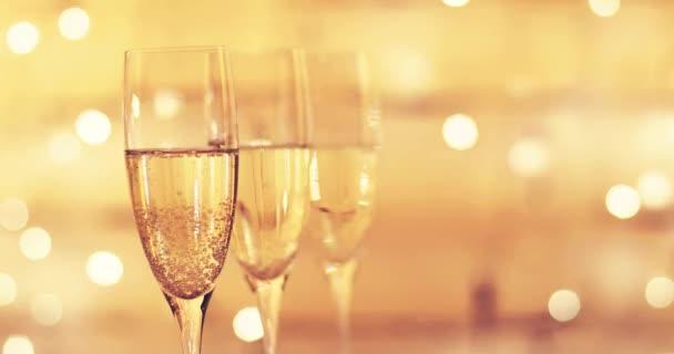 sklenice šampaňského nad blikající světla bokeh pozadí