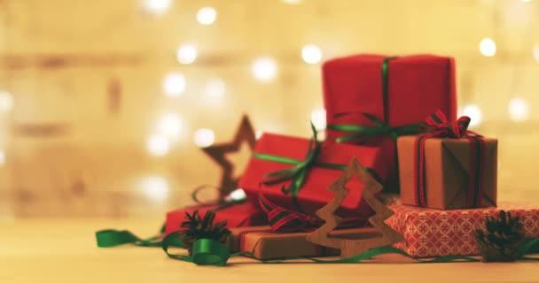 zabalené vánoční dárky a ozdoby na blikající světla bokeh pozadí