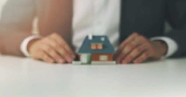 Real Estate Agent zeigt Modell des neuen Hauses