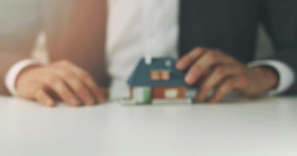 byty - prodavač nabízí nový dům Koupit koncept