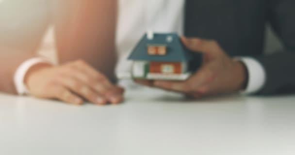 s nemovitostmi - prodavač zobrazeno nový rodinný dům zmenšený model
