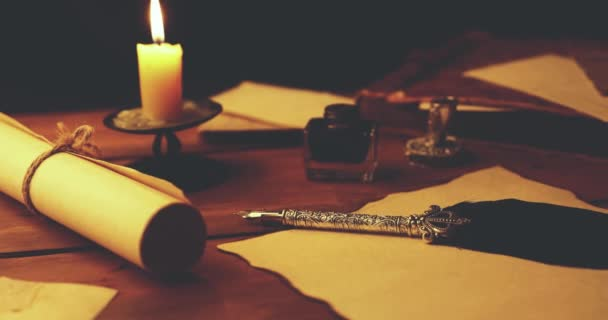 staré pero na pergamenový papír ve světle svíček