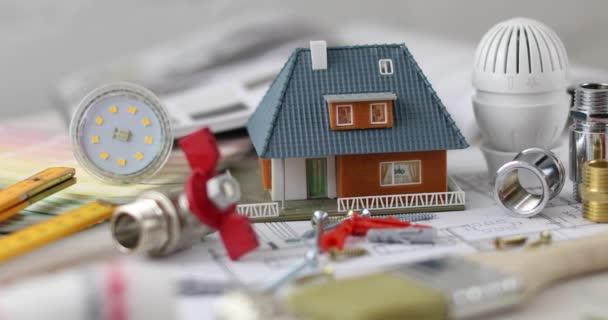 dům stavební projekt - nástroje a vybavení se zmenšeným modelem