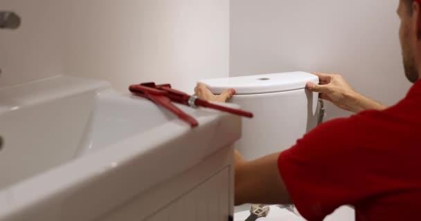 Klempner arbeitet im Badezimmer Installation wc Wassertank