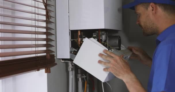 Wartungs- und Reparaturingenieur arbeitet mit Hausgasheizkessel