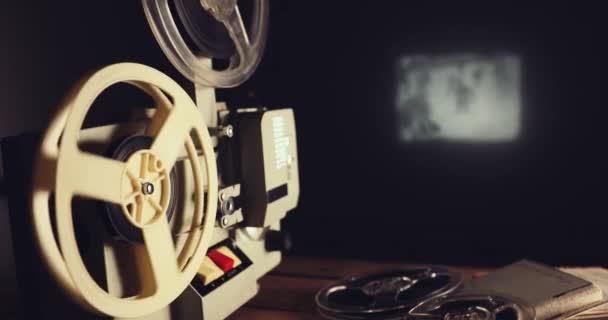 visszamegy 8mm film vetítőgép bemutatás film a falon-ban sötét szoba