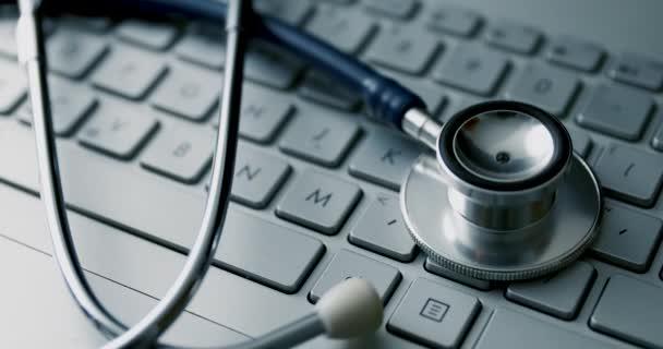 medizinisches Stethoskop auf Laptop-Tastatur. Computer-Reparaturservice oder E-Health-Konzept