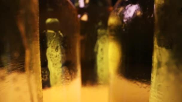 hideg sörösüvegek vízcseppekkel. babalövés