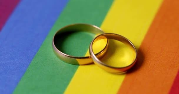 azonos nemű házasság koncepció - két jegygyűrű lgbt szivárvány zászló