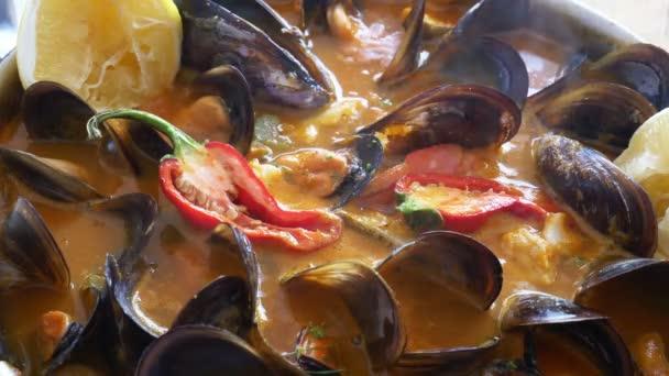 Köstliche mediterrane Fischsuppe mit einer Vielzahl von gemischten