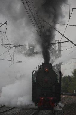 Sovyet lokomotifi sabahları yol boyunca koşturur.
