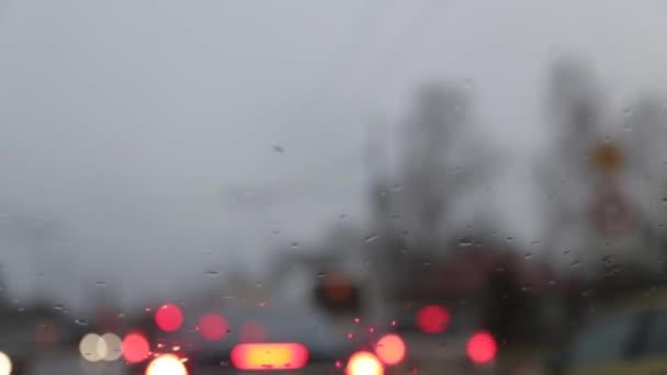 Deštivé počasí ponuré pohledu z uvnitř auta se stěrači aktivně odstranění kapky deště z čelního skla
