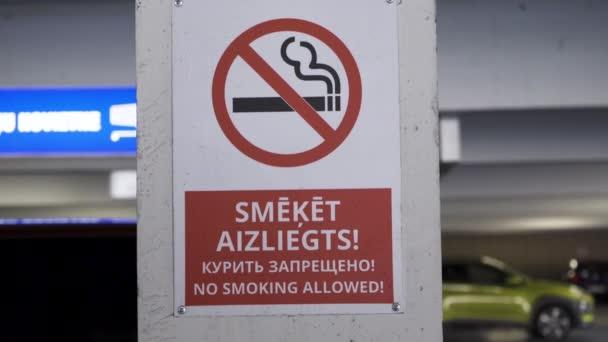 Rauchverbotsschilder in Englisch, Russisch und Lettisch in einem Einkaufszentrum