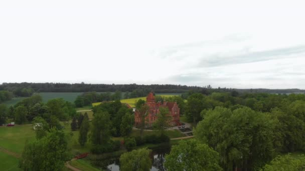 Luftflug über alte - jaunmoku pils von oben im Sommer und grüne Bäume ringsum