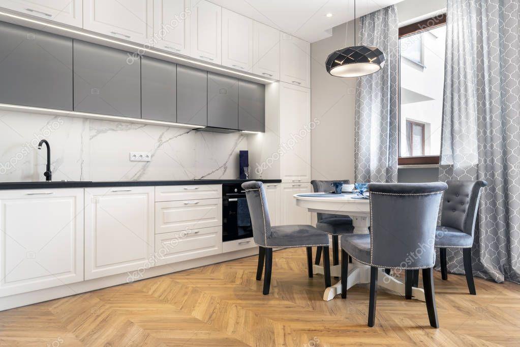 Afwerking Witte Keuken : Moderne keuken interieur witte afwerking u stockfoto jacek kadaj