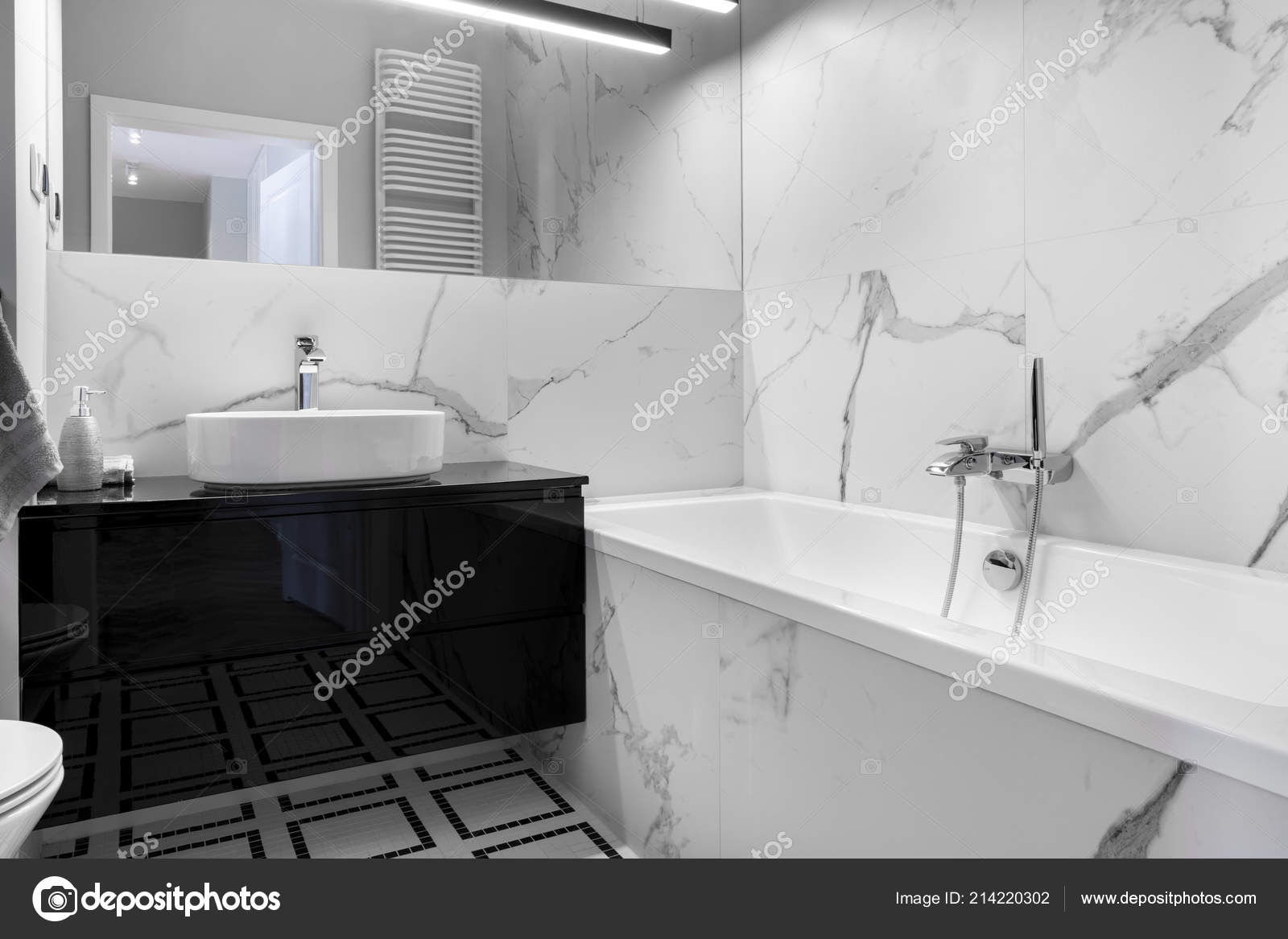 Salle De Bains Moderne Avec Finition En Marbre Noir Et Blanc Style U2014 Image  De ...