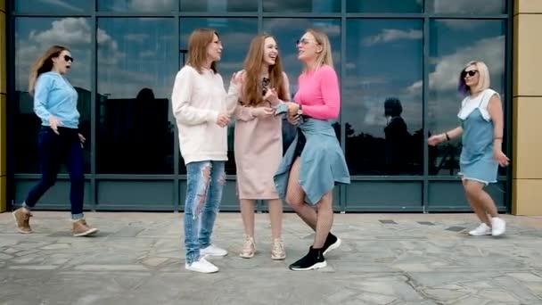 krásné mladé dívky baví, flákání ve městě. Dívčí přátelství, procházející se na čerstvém vzduchu. Pět žen ve věku 20-25 let. zavírají oči dlaněmi před přítelem
