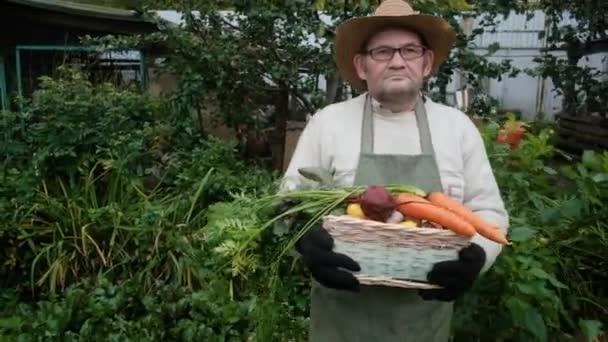 A gazda egy idős ember. Egy kosár zöldséget hord a kezében..