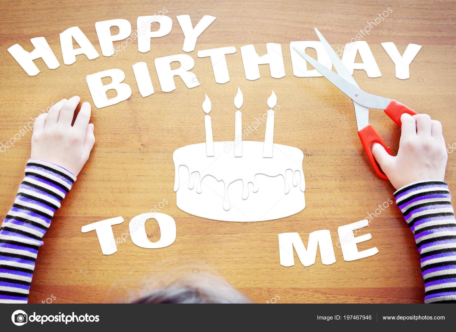 Kleines Madchen Gratuliert Selbst Zum Geburtstag Urlaub Stockfoto