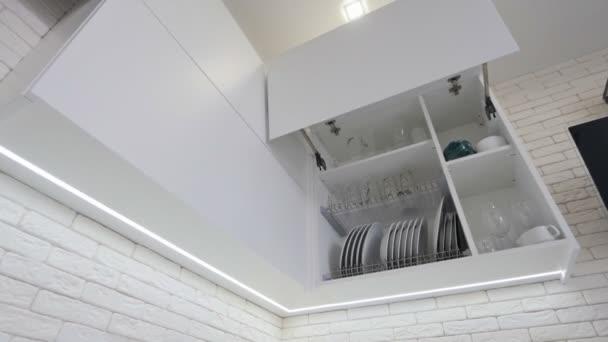 Otevřel zásuvku kuchyňské desky uvnitř, chytré řešení pro kuchyňské skladování a organizování