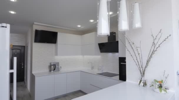 bílý kuchyňský interiér