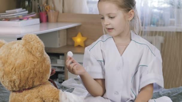 Patient spielt Krankenhaus Spiel vorgeben Arzt zu Hause. Kind mit medizinischen Tabletten