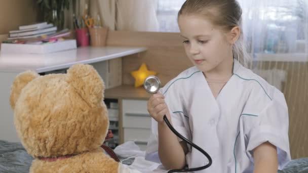 Patient spielt Krankenhaus Spiel vorgeben Arzt zu Hause. Krankenhaus und Medizin.