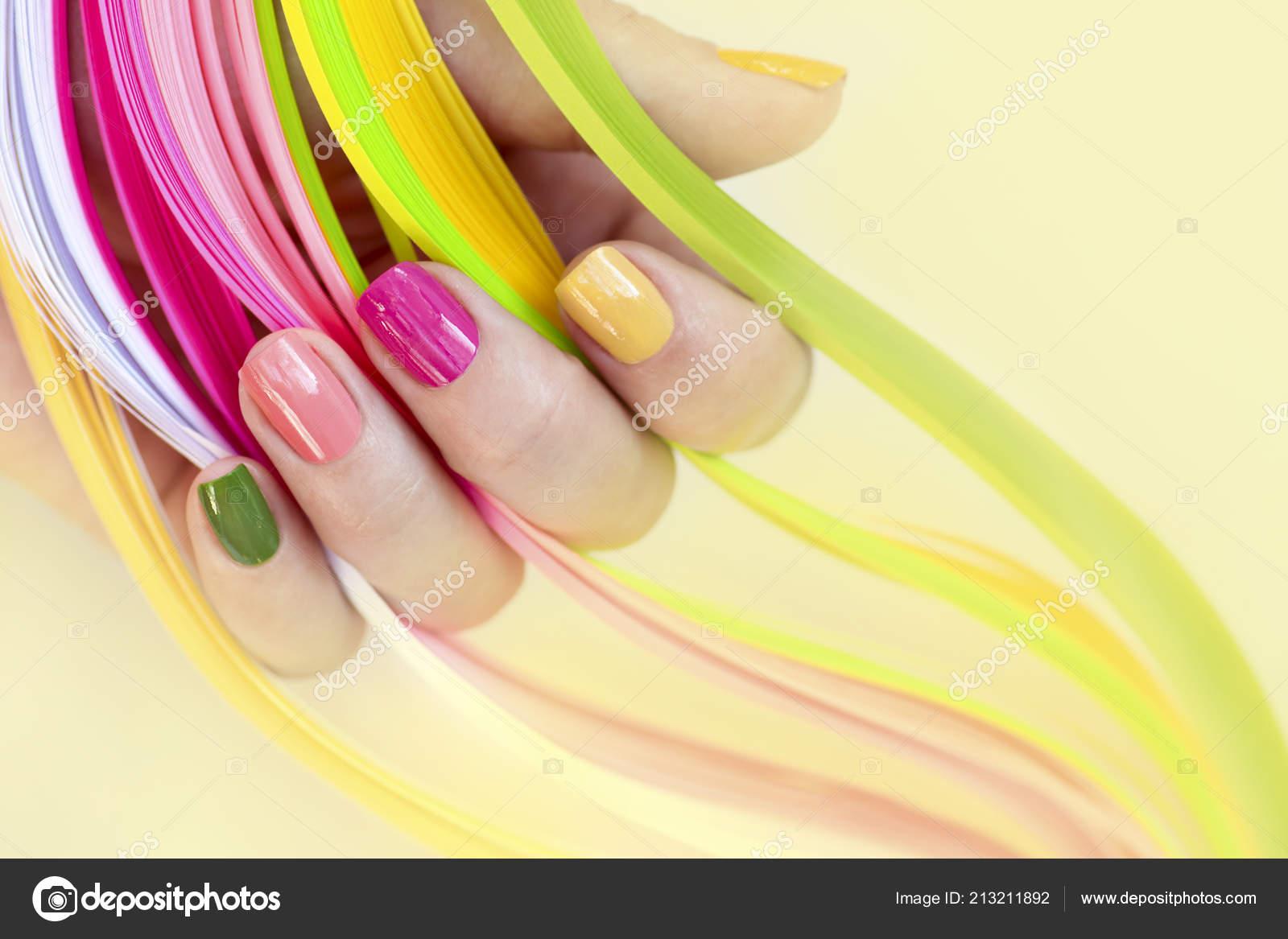 Manicura Multicolor Colores Uñas Cortas Sobre Fondo Amarillo