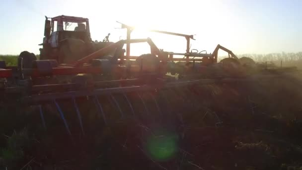 Farmář v traktoru půdě pluhy steadicam pohybu zemědělství zemí Rusko připravuje půdu s Záhonový kultivátor jako součást pre financování aktivit v časně jarní sezóny zemědělského životního stylu