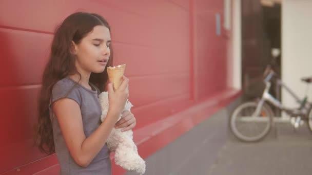 Comiendo Helado La Niña Comerán Vida De Con Un Movimiento Lenta Calle Suave Chica VideoEstilo Juguete Y Concepto LzVSMUqpG