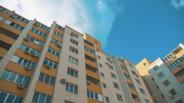 mehrstöckiges Haus mit Klimaanlage gegen den blauen Himmel. Konzept Stadtleben