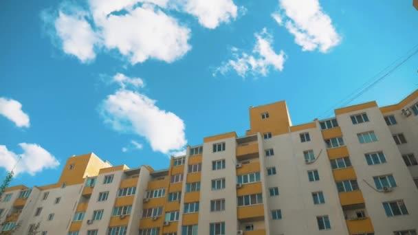 vícepodlažní dům s klimatizací životní styl proti modré obloze. život ve městě koncept