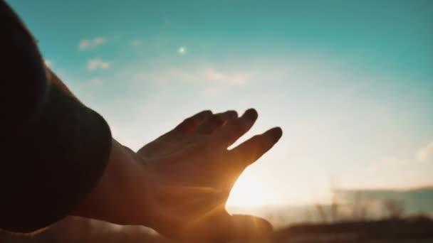Ten muž je kresba ruku ke slunci. ruka muže na přírodní sluneční světlo siluetu. koncept svobody životní styl náboženství slunce