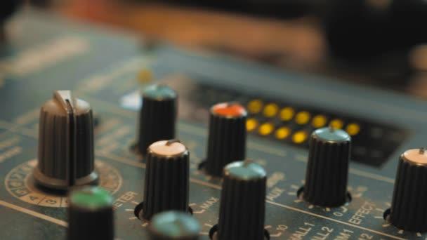 Hangfelvétel studio keverő pult, hangmérnök és zenei producer. konzol audio mixer koncepció életmód