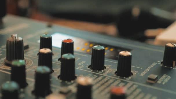 Hangfelvétel studio keverő pult, hangmérnök és zenei producer. életmód konzol audio mixer fogalma