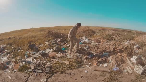 Portrét muže bez domova v díře s pohybovými hledají jídlo slow motion video. bez střechy bezdomovec jídlo v výpis stavu životního stylu. uprchlíků bez domova nedovoleného přistěhovalectví chudoby