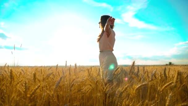 Schönheit Mädchen im Freien genießen die Natur Weizenfeld Zeitlupe Video. schöne Mädchen in weißem Kleid läuft die Natur Freiheit Glück Hände zur Seite auf dem Feld bei Sonnenuntergang Licht und den blauen Lifestyle-Himmel