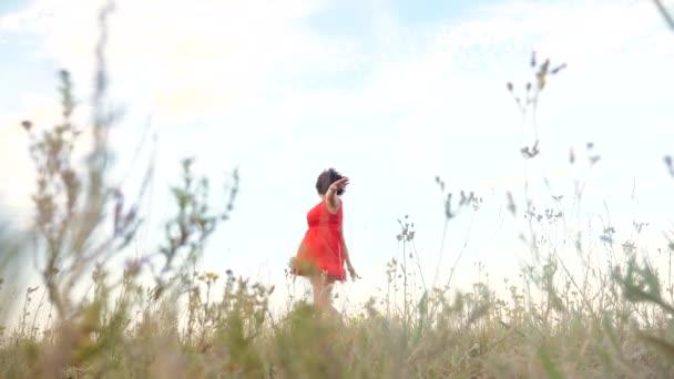 Plus Size Mode-Modell in Slow-Motion-video Fuß auf dem Rasen. Fette Frau auf Natur im Bereich Rasen Blumen Sommer. weiblichen Körper Lebensstil mit Übergewicht. volle Mädchen Länge Porträt Natur Bewegungsfreiheit