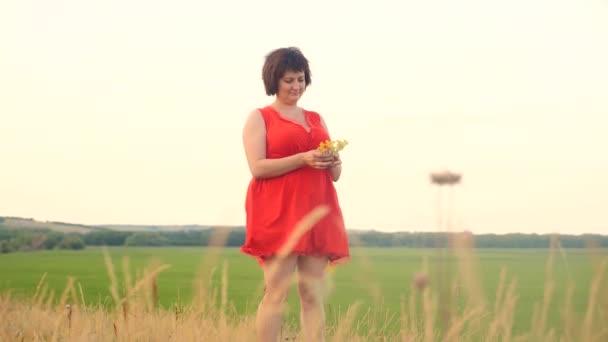 Plus Size Mode-Modell in Slow-Motion-video Fuß auf dem Rasen. Fette Frau auf die Natur im Lifestyle Bereich Rasen Blumen Sommer. übergewichtige Frauen Körper. volle Mädchen Länge Porträt Natur Konzept