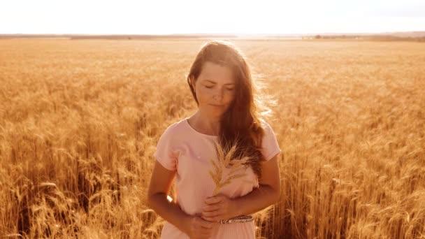 portré gyönyörű nő mosolyogva. lány divat modell lassú mozgás video fehér ruha, a mező a búza. szexi nő a természet, fű mező virág nyáron. mezőgazdasági életmód. lány hossza