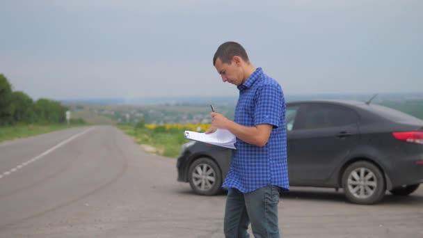 člověk dělá auto auto pojištění zpomalené video. muž prodej prodává ojetá auta. životní styl auto pojištění prodej ojetin koncepce