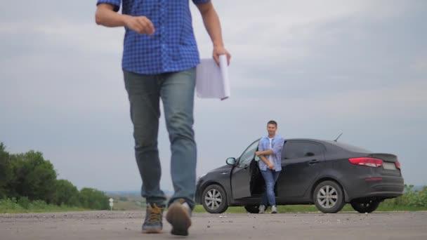 člověk si koupí ojeté auto. dva muži se dohodnout. muž prodávající řidič dělá auto auto pojištění zpomalené video prodej prodává použité automobily lifestyle. auto pojištění prodej ojetin koncepce