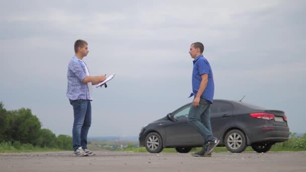 dva muži se dohodnout životní styl. Člověče prodávající řidič dělá auto auto pojištění zpomalené video prodej prodává ojetá auta. auto pojištění prodej ojetin konceptu. Nutnosti pronajmout auto