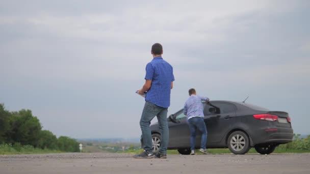 člověk si koupí ojeté auto. dva muži se dohodnout. Člověče prodávající řidič dělá auto auto pojištění zpomalené video prodej prodává ojetá auta. auto pojištění prodej použitých životní styl auta koncepce