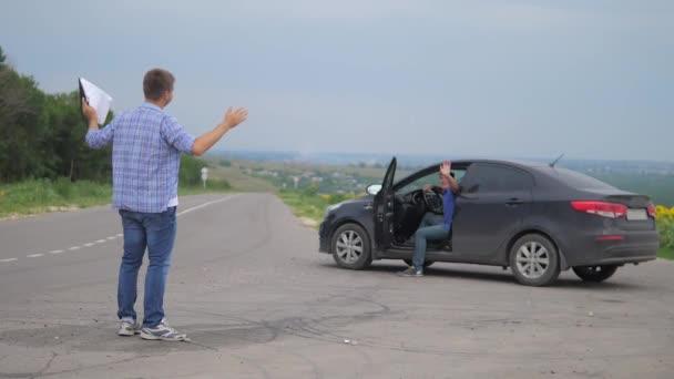 dva muži se dohodnout. Člověče životní styl prodávající řidič dělá auto auto pojištění zpomalené video prodej prodává ojetá auta. auto pojištění prodej ojetin konceptu. Nutnosti pronajmout auto