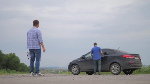 dva muži tvoří dohodu. Člověče prodávající řidič dělá auto auto pojištění zpomalené video prodej prodává ojetá auta. Nutnosti půjčit auto. muž auto pojištění prodej použitých životní styl auta koncepce