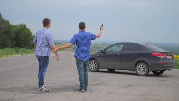 dva muži se dohodnout. Člověče prodávající řidič dělá auto životní styl auto pojištění zpomalené video prodej prodává ojetá auta. auto pojištění prodej ojetin konceptu. Nutnosti pronajmout auto