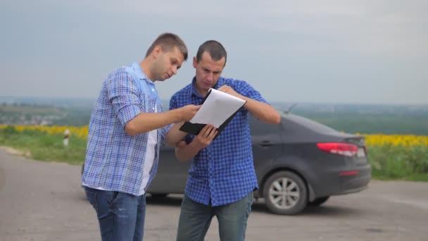 dva muži se dohodnout. muž prodávající řidič dělá auto auto pojištění zpomalené video. muž prodej prodává ojetá auta. auto pojištění prodej ojetin životní styl konceptu. Nutnosti pronajmout auto