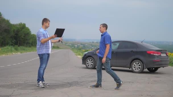 dva muži se dohodnout. muž prodávající řidič dělá auto auto pojištění zpomalené video. muž prodej prodává ojetá auta. prodej pojištění aut životní styl konceptu ojetých vozů. Nutnosti pronajmout auto