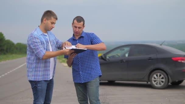 dva muži se dohodnout. muž prodávající řidič dělá auto auto pojištění zpomalené video. životní styl člověka prodej prodává ojetá auta. auto pojištění prodej ojetin koncepce